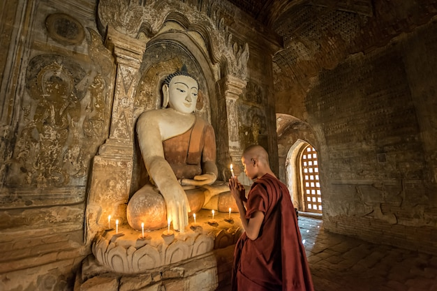 Monge budista rezando o buda Foto Premium