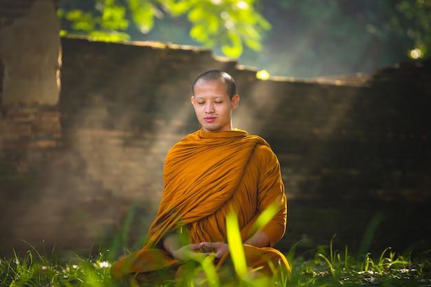 Monge na meditação do budismo Foto Premium
