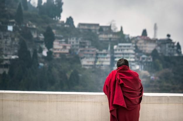 Monge vestindo túnica vermelha Foto Premium