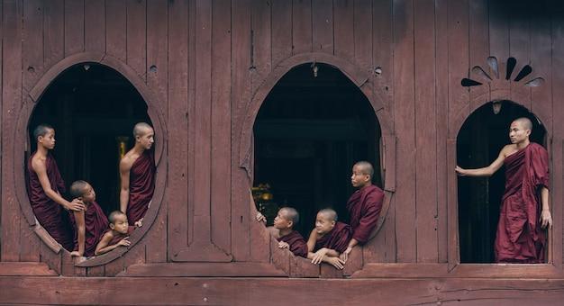Monges iniciantes em mianmar Foto Premium