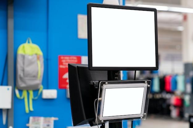 Monitor de maquete com tela branca em branco na loja de departamentos. Foto Premium