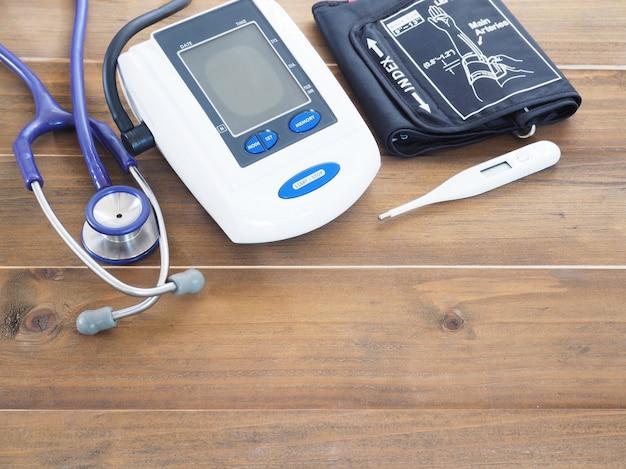 Monitor de pressão arterial, estetoscópio e termômetro Foto Premium