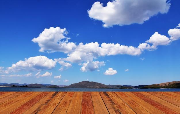 Montagem de fundo de madeira azul céu Foto Premium