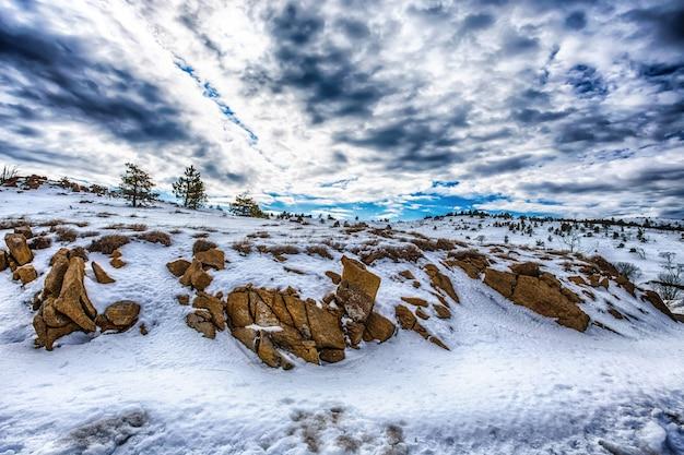 Montains com neve sob um céu azul nublado Foto Premium