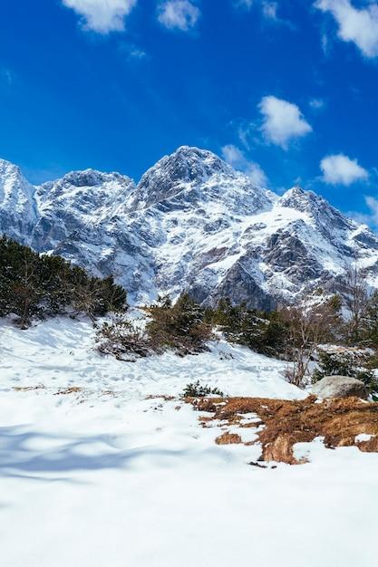 Montanha coberta de neve contra o céu azul Foto gratuita