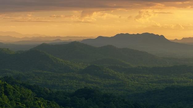 Montanha com luz quente Foto Premium