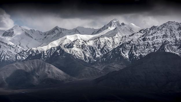 Montanha da neve da paisagem do inverno com o céu azul de leh ladakh india. Foto Premium