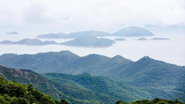 Montanha da opinião aérea da paisagem e o mar na porcelana de hong kong Foto Premium