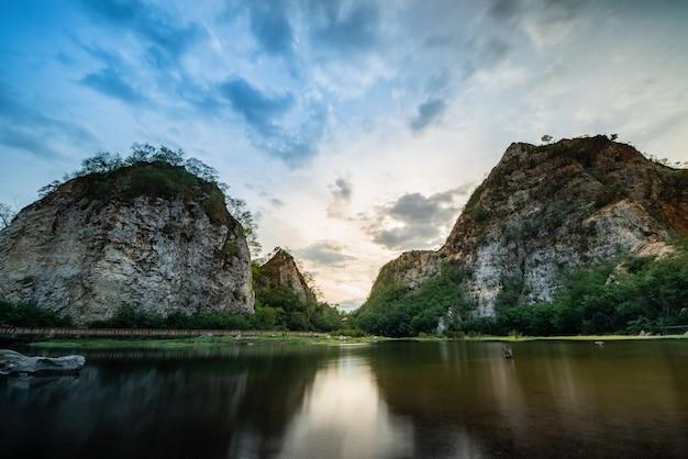 Montanha da serpente e contraste alto da paisagem do rio. Foto Premium