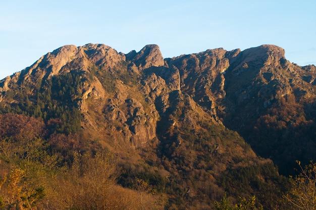Montanha de aiako harriak no país basco. Foto Premium