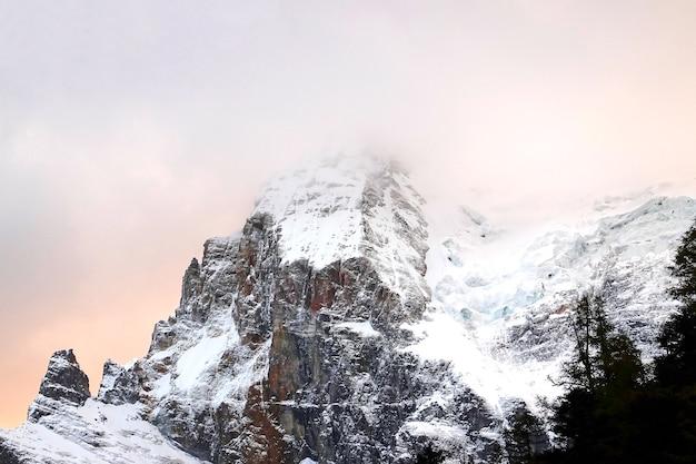 Montanha de neve na reserva nacional de yading, condado de daocheng, província de sichuan, china. tom escuro. Foto Premium