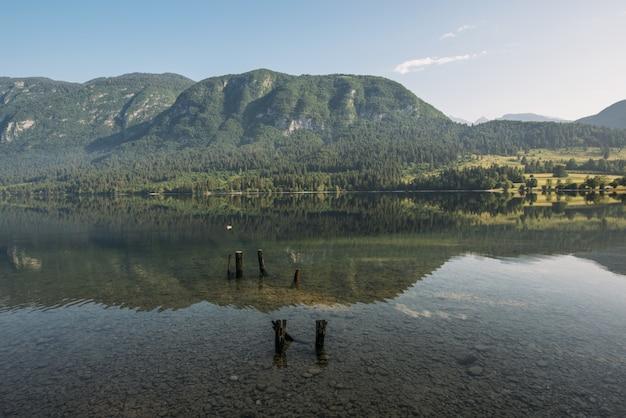 Montanha de visualização do lago sob o céu azul e branco Foto gratuita