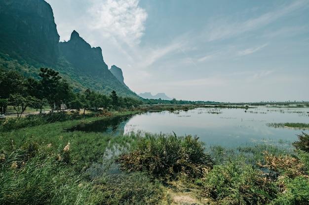 Montanha do lago tailândia Foto gratuita