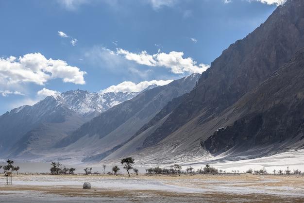 Montanha em leh ladakh com luz solar Foto Premium