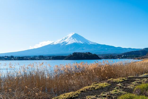 Montanha fuji com lago kawaguchiko e céu azul Foto Premium