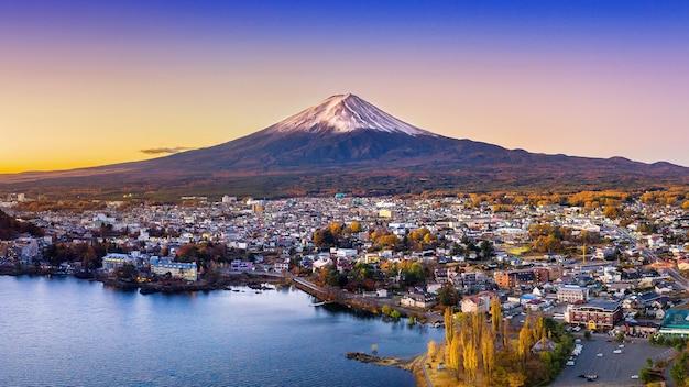 Montanha fuji e lago kawaguchiko ao pôr do sol, estações de outono montanha fuji em yamanachi no japão. Foto gratuita