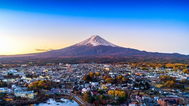 Montanha fuji e lago kawaguchiko ao pôr do sol Foto Premium