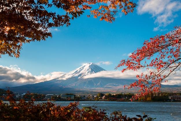 Montanha fuji na cor do outono, japão Foto Premium