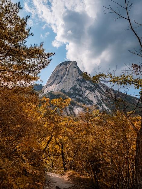 Montanha mais alta de seul. outono vista com céu temperamental Foto Premium