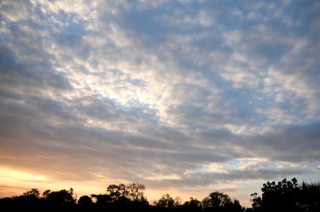 Montanha no fundo do céu azul Foto Premium