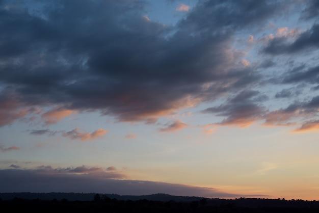 Montanha no pôr do sol no fundo do céu azul e laranja nuvem Foto Premium