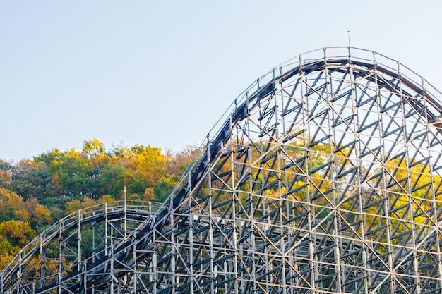 Montanha russa no parque Foto gratuita