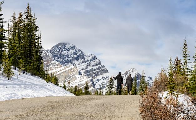 Montanhas canadenses rochosas bonitas no parque nacional de banff em alberta, canadá Foto Premium