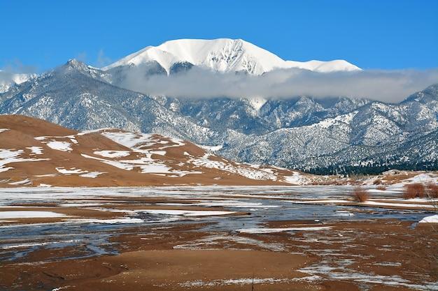 Montanhas cobertas de neve no colorado, eua Foto gratuita