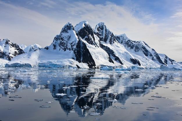 Montanhas cobertas de neve Foto Premium