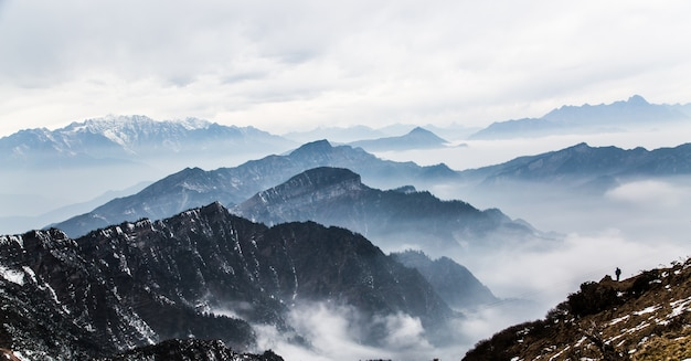 Montanhas com névoa Foto gratuita