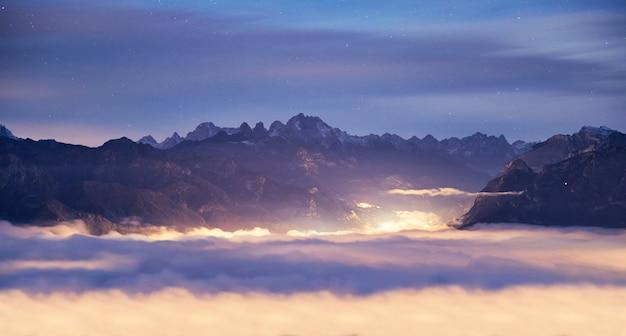 Montanhas de belluno acima das nuvens Foto Premium