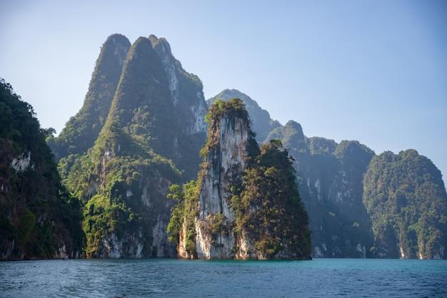 Montanhas de calcário com árvores no mar na tailândia Foto Premium
