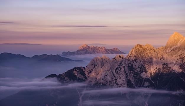 Montanhas de neve durante o nascer do sol Foto gratuita