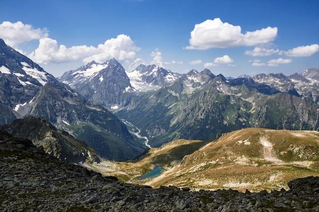 Montanhas do cáucaso no verão, o derretimento do cume da geleira arkhyz sofia lago Foto Premium
