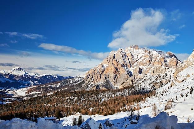 Montanhas dolomitas cobertas de neve Foto Premium
