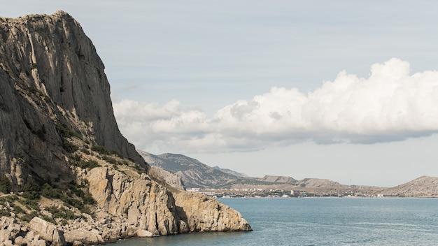 Montanhas e paisagem bonita do oceano Foto gratuita