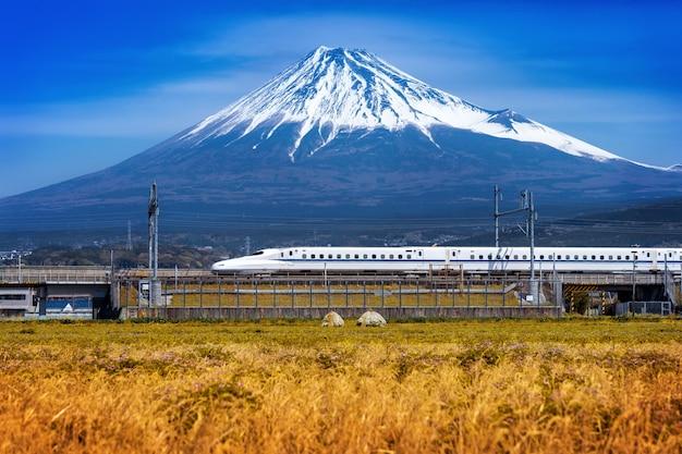 Montanhas fuji e trem em shizuoka, japão. Foto gratuita
