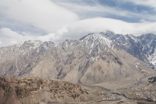 Montanhas nevadas do inverno Foto Premium