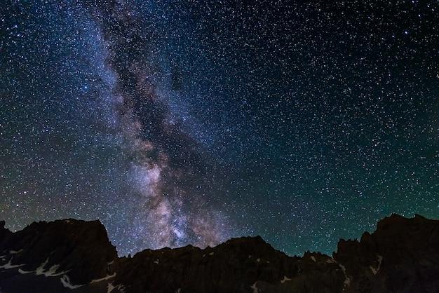 Montanhas rochosas do céu estrelado da via látea na alta altitude nos cumes. Foto Premium