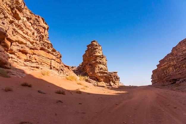 Montanhas vermelhas do deserto de wadi rum na jordânia Foto Premium