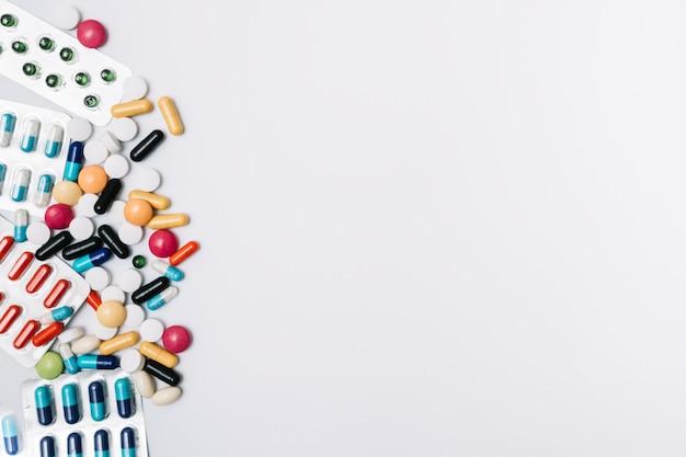 Monte de comprimidos e pílulas Foto gratuita