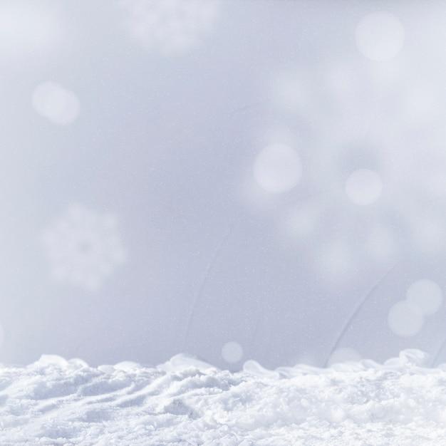 Monte de neve e flocos de neve Foto gratuita