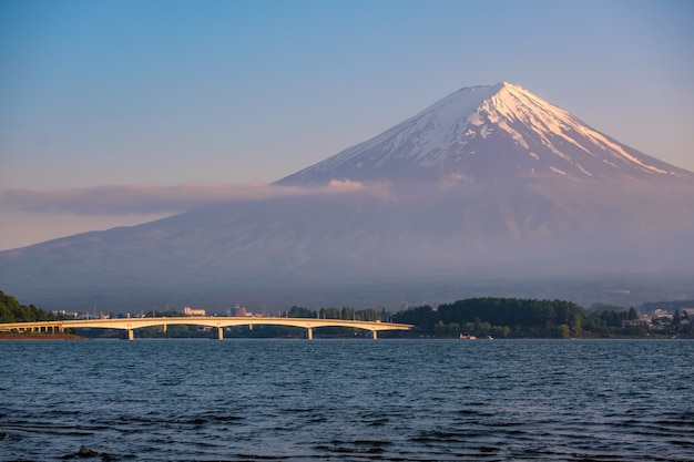 Monte fuji em tempo de poeira com o primeiro plano do lago kawaguchi, yamanashi Foto Premium