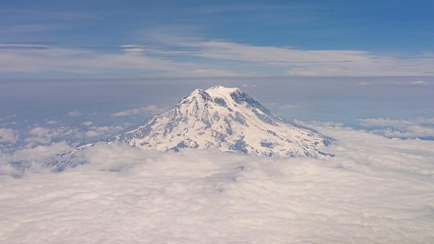 Monte rainier com nuvens da vista do avião Foto Premium