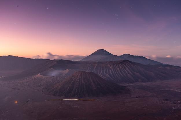 Monte vulcão um ativo com estrela ao amanhecer Foto Premium