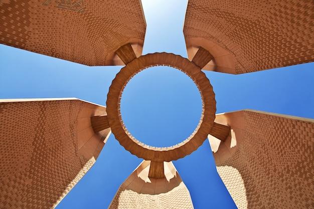 Monumento na barragem de aswan, egito Foto Premium