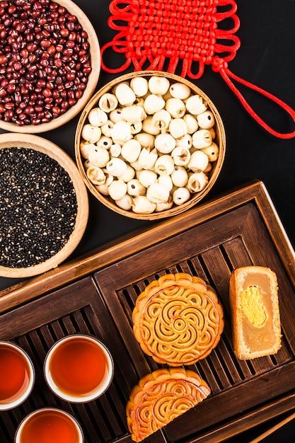 Mooncakes tradicionais na configuração de mesa com uma xícara de chá. Foto Premium