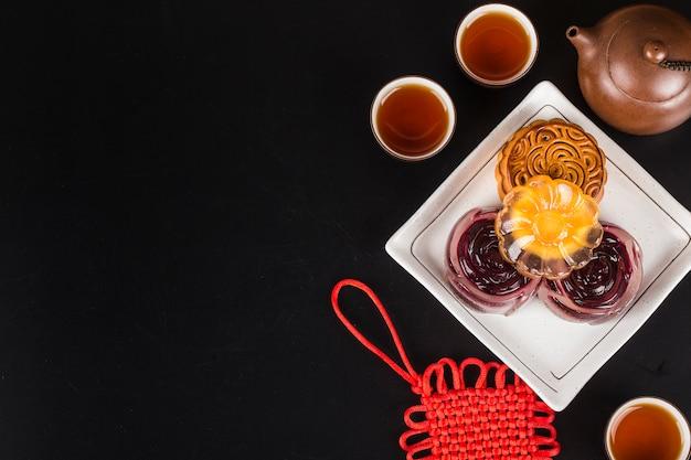 Mooncakes tradicionais no ajuste da tabela com xícara de chá. Foto Premium
