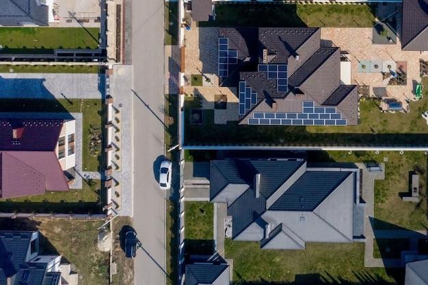 Moradia nova com jardim e paineis solares na cobertura. Foto Premium