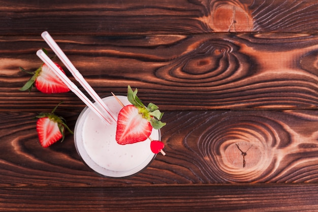 Morango cocktail na superfície de madeira Foto gratuita